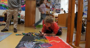 Les enfants réalisent des œuvres d'art