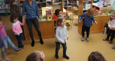 14 octobre 2014 – Juliette Buffard de la Compagnie Preljocaj est la partenaire des enfants pour leur prochaine comédie musicale autour de Michael Jackson!